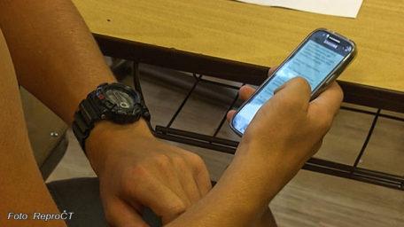 V Mladých Bukách zamykají telefony ve sborovně