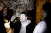 Nahý opilec lomcoval s dveřmi v Palackého ulici v Trutnově