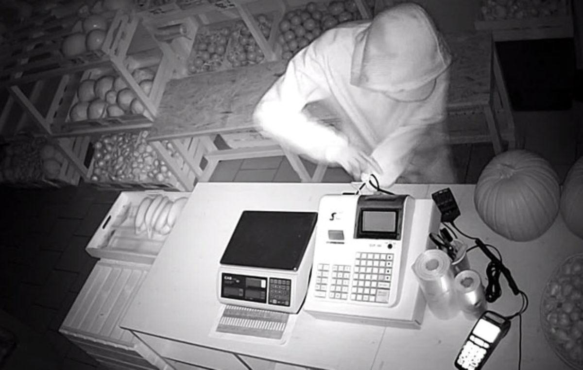 Kolemjdoucí natočil zloděje, když vylézal oknem ven!