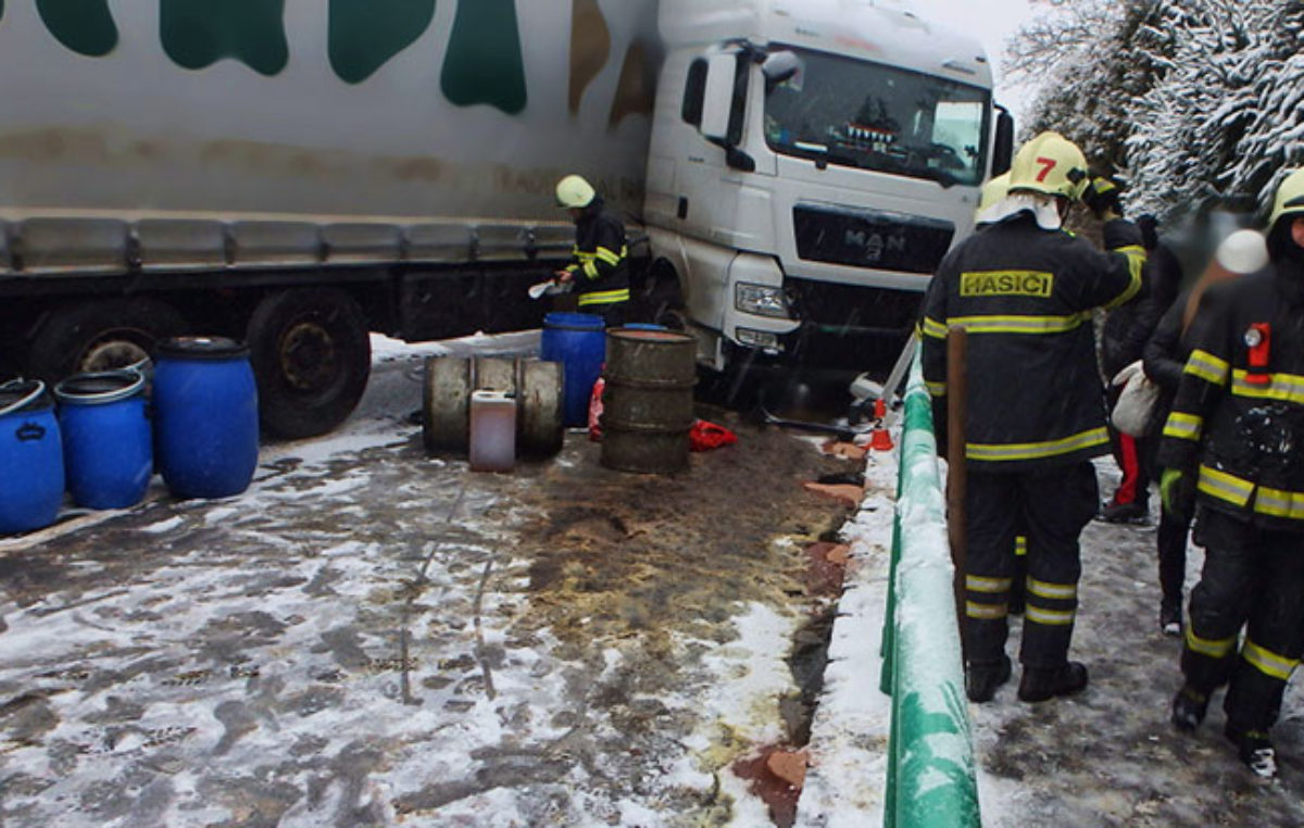 Z havarovaného kamionu zachytili hasiči 700 litrů nafty
