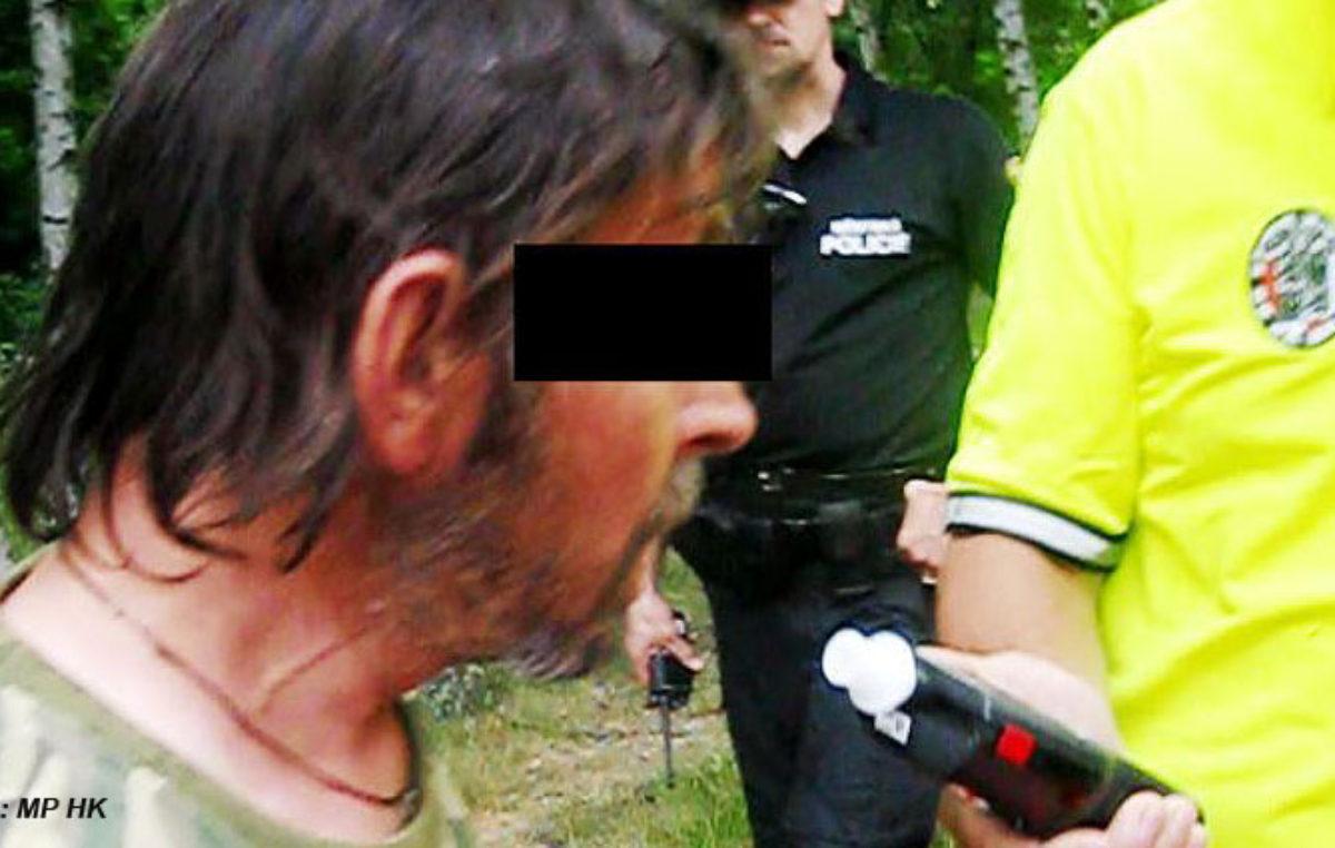 Za volantem svého domu byl opilý bezdomovec z Rychnova