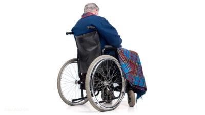 Invalida se proháněl na kolečkovém křesle křižovatkou