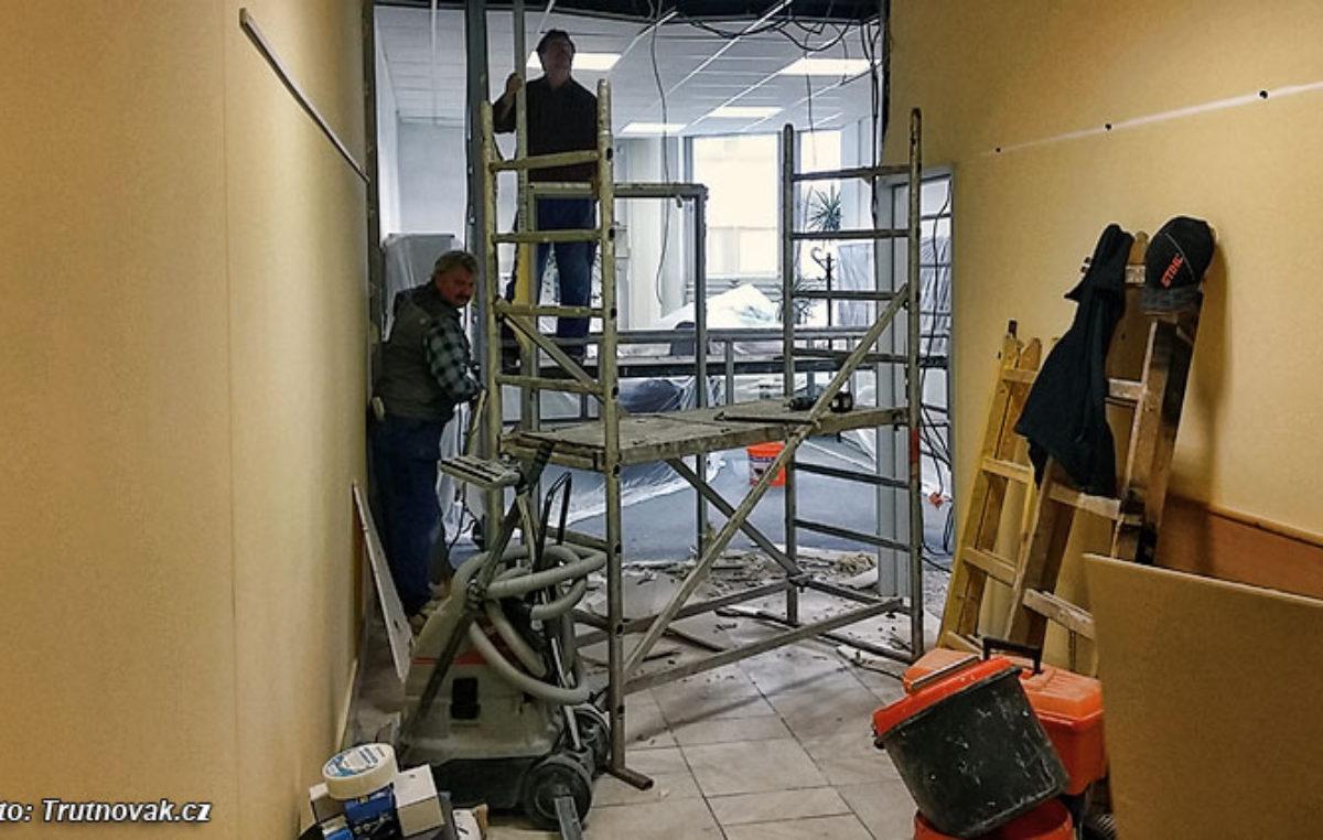 Dnes začaly stavební úpravy na MěÚ Trutnov.