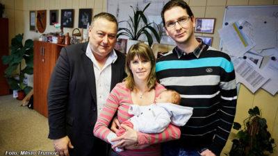 Dálnice, nezaměstnaní a novorozenec