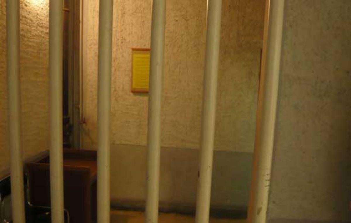 Násilník se ukrýval v bytě na Náchodské ulici