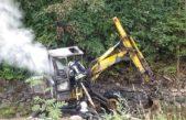 Z hořícího bagru unikla nafta do potoka u Janských Lázní