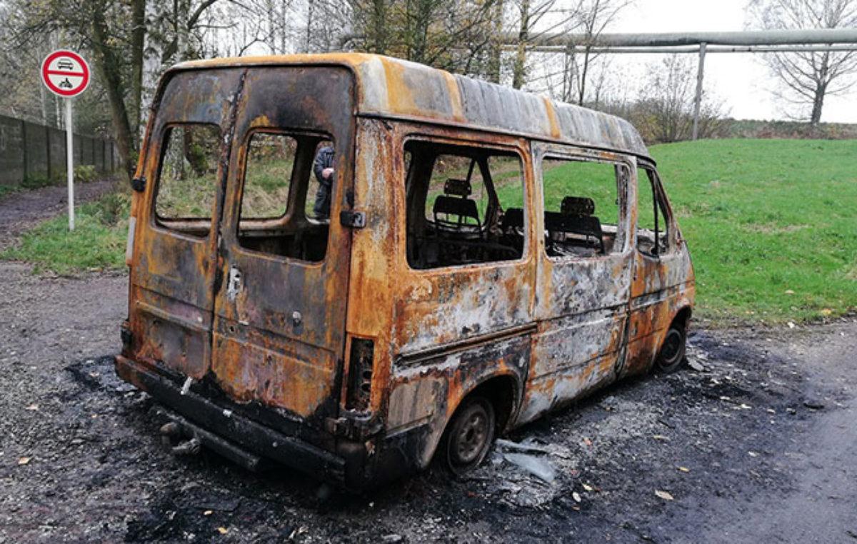 Žhář který v pondělí zapaloval osobní vozidla je již ve vazbě